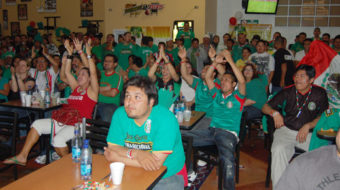 """With a """"goooooal,"""" Chicagoans celebrate World Cup opener: Mexico vs. South Africa"""