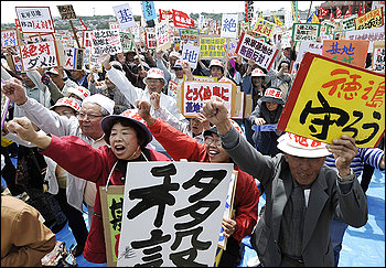 90,000 protest U.S. base in Okinawa