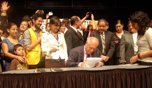 Illinois governor signs state DREAM Act into law