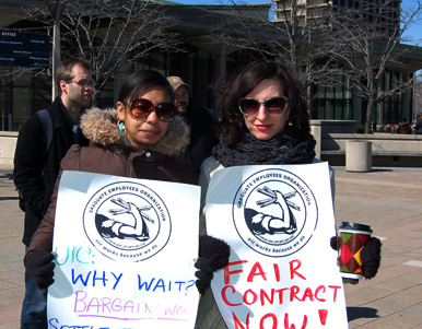Graduate workers at UIC rally