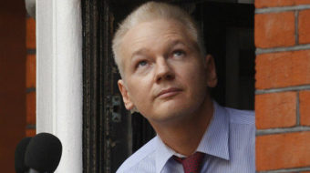 Secret-spiller Assange appears in public