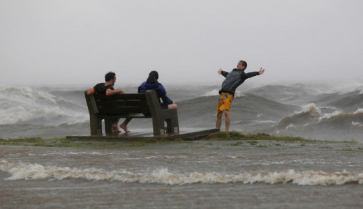 Hurricane Isaac stalls over Big Easy