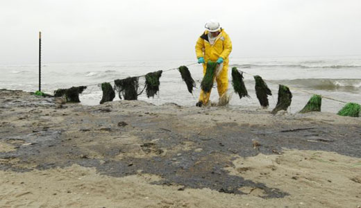 Texas oil spill worsens as it travels down coast