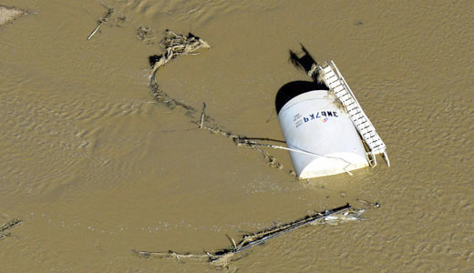 Oil-tarnished land left in wake of Colorado flood