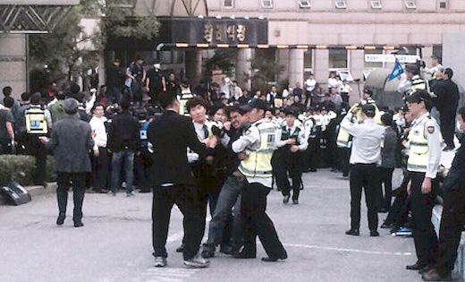 Police snatch body of Korean Samsung worker