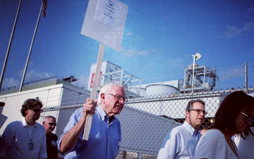 Sanders addresses and marches with Verizon picketers