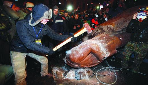 Ukraine:  Knocking down the Lenin statues