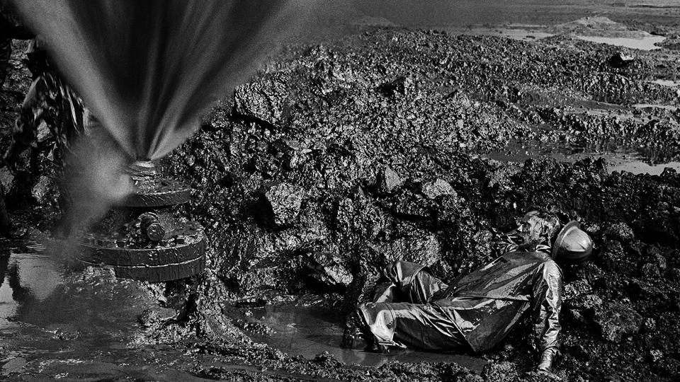 Desert on Fire: Photo collection documents Kuwait oil disaster