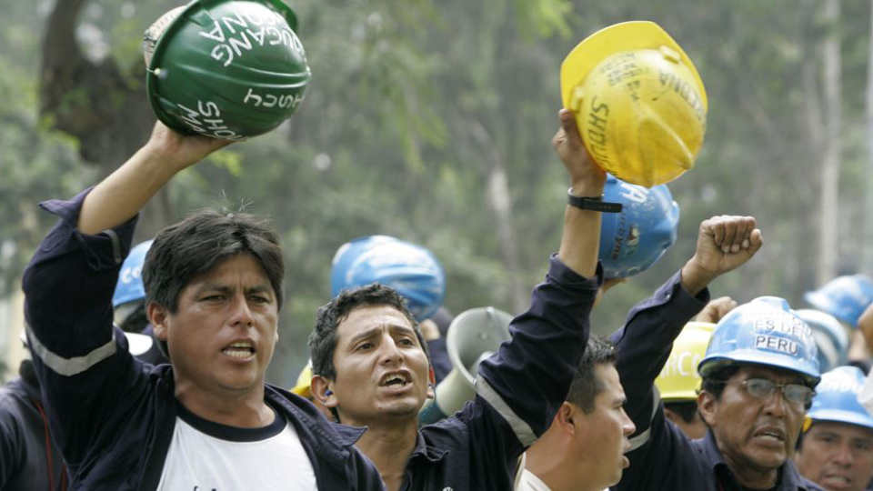 Mineros peruanos declaran huelga nacional para junio
