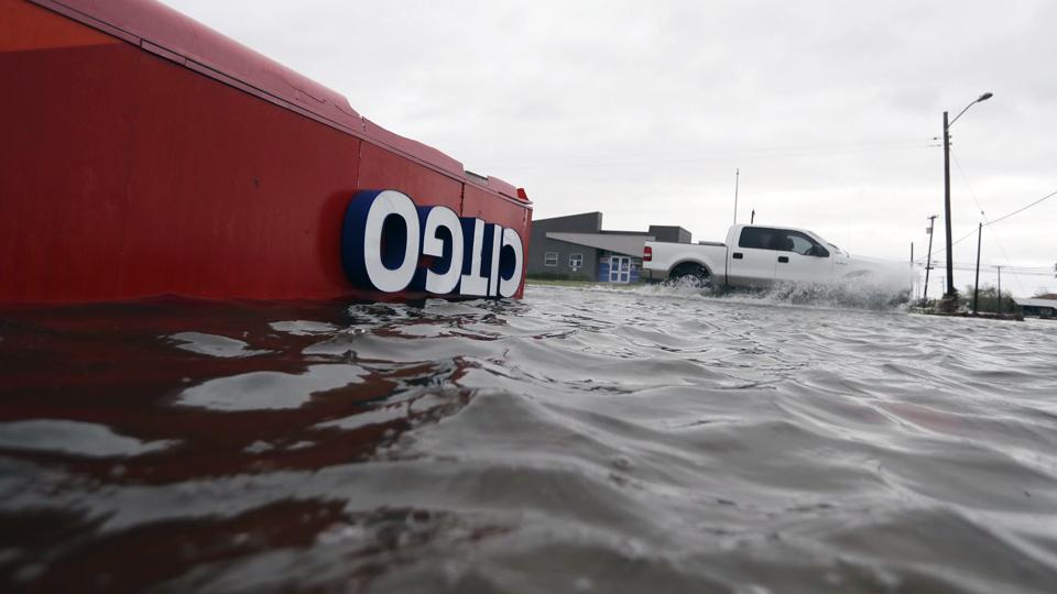 Cierran instalaciones de petróleo y gas en Texas por Harvey