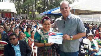 Rigoberta Menchú hace voto simbólico contra el bloqueo