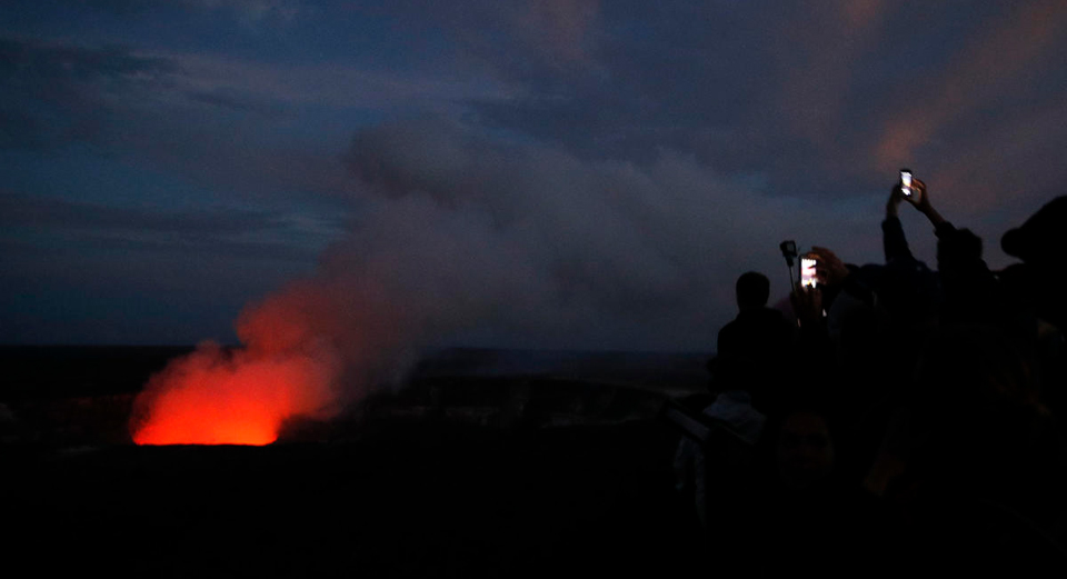 Hawaii volcano spews huge cloud of ash