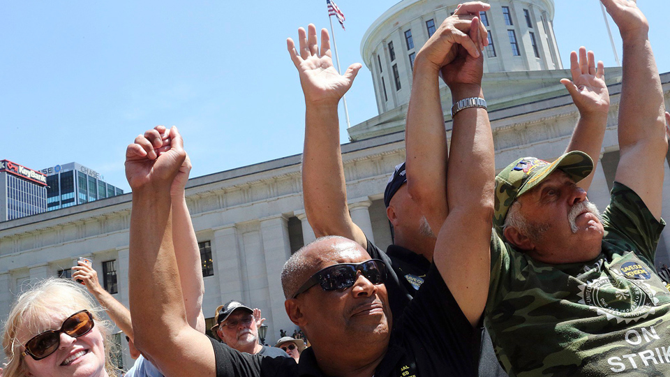 Thousands at Ohio statehouse demand fix for pension crisis