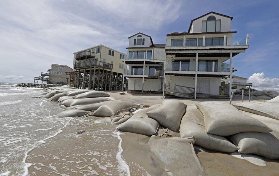 As Florence lashes U.S. coast, Trump denies Puerto Rican death toll