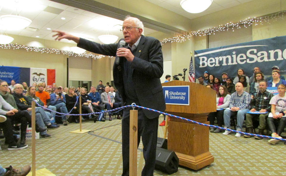 In the Iowa caucus homestretch, Sanders takes aim at Trump