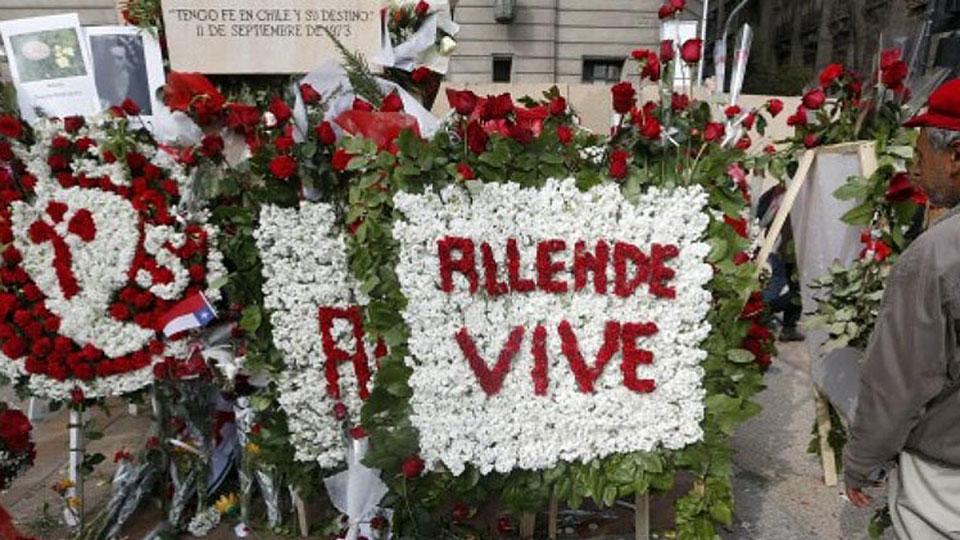 Ofrendas florales en Chile en recordación a Salvador Allende
