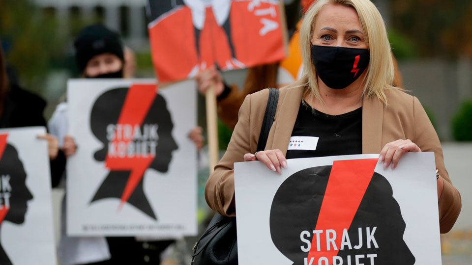 Women's strike paralyzes Poland after right-wing court bans abortion