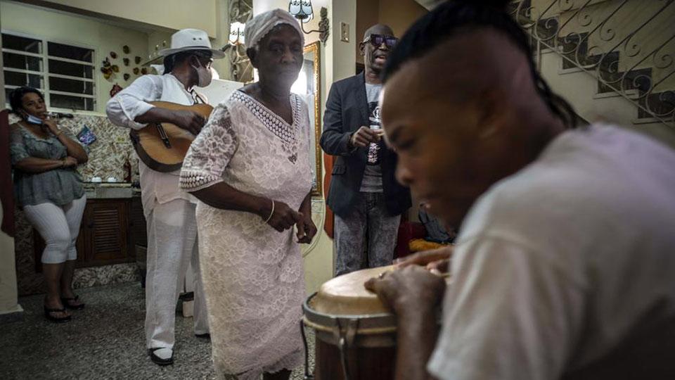 Con su rumba cubana, Okuté sería un bálsamo en la pandemia