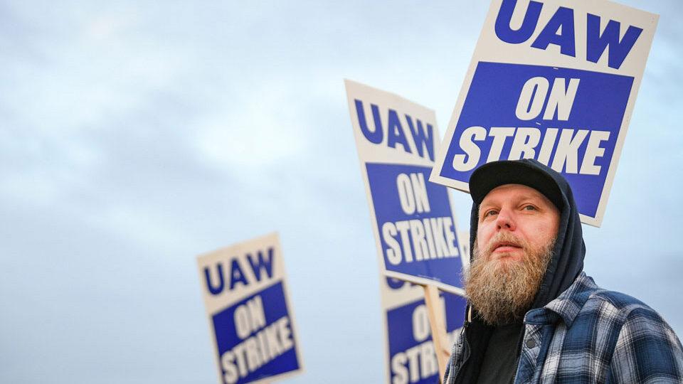 Miles de trabajadores de John Deere huelga el gigante agrícola